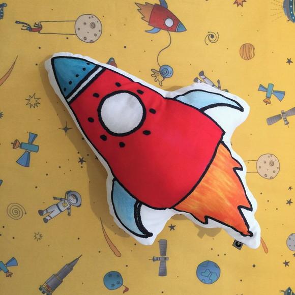 Almofadinha Toy Foguete Vermelho
